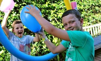 Jugando con globos en familia